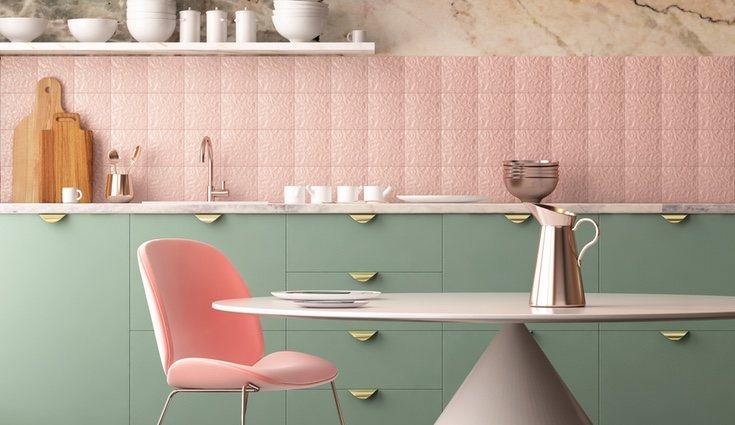 Cojines, cortinas, incluso sillones de colores alegrarán tu casa
