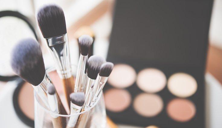 La forma de guardar el maquillaje depende de la cantidad que tengamos, eso sí, casi siempre se guarda en el baño