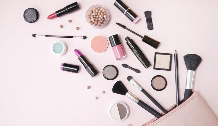 Si tienes mucha cantidad de un tipo de maquillaje, sepáralo del resto en bonitas cestas