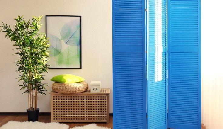 Para dar una sensación de mayor espacio es recomendable el uso de muebles separadores que también dan un toque especial a nuestra casa mini