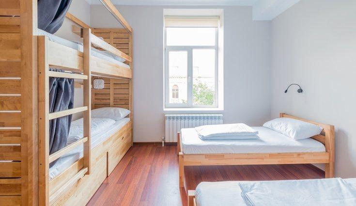 La mejor opción para dormir es utilizar literas o camas altas para rentabilizar el espacio