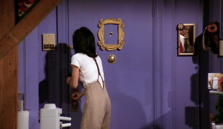 Fotograma del primer capítulo de 'Friends' en el que aparece el marco de la puerta