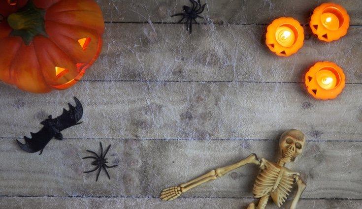 Las telarañas y los muñecos como momias o fantasmas ayudan a crear un ambiente espeluznante