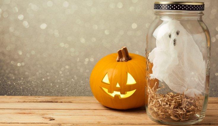 Los tarros con un fantasma dentro también serán ideales para que podamos hacerlos con nuestros hijos
