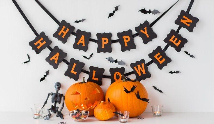Esqueletos, gatos, calabazas... cualquier idea es buena para realizar una guirnalda de Halloween