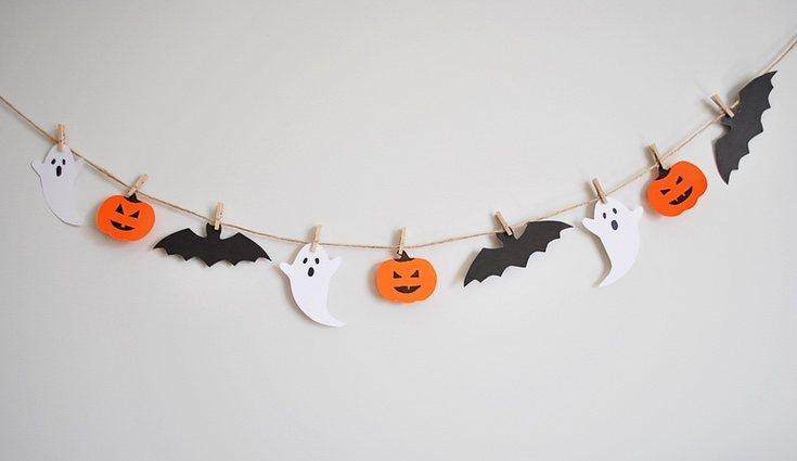 Los fantasmas son otro elemento clave del día de Halloween por lo que no puede faltar una guirnalda de ellos