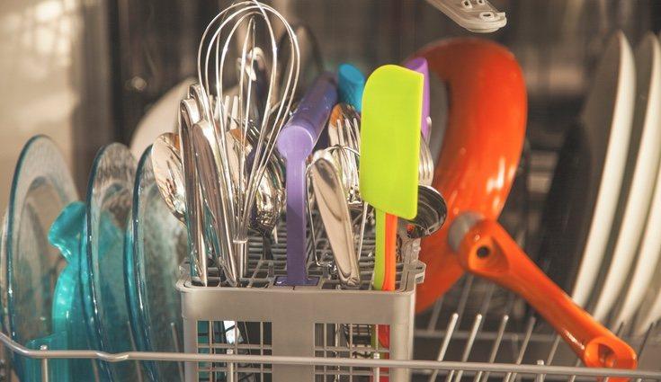 Para que el lavado sea eficiente tienes que aclarar la vajilla antes de introducirla en el electrodoméstico