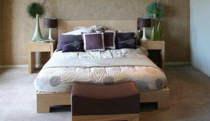 La cama debe estar colocada de tal manera que te permita ver la puerta del dormitorio
