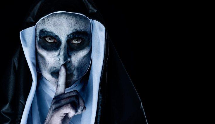 Para el maquillaje de 'La Monja' necesitas pintura blanca y sombra negra