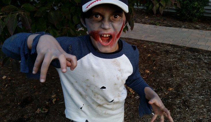 El disfraz de zombie es el más sencillo ya que puedes usar ropa vieja para rasgarla