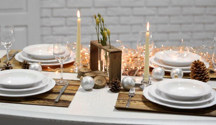 Los detalles decorativos en las mesas durante Navidad son fundamentales