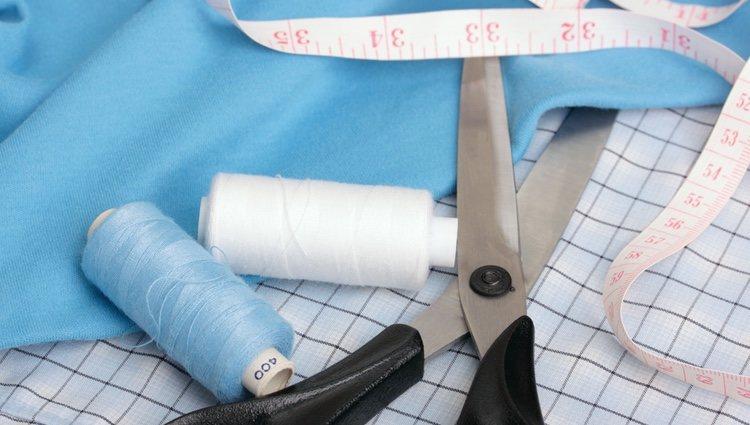 Necesitas un bolso, tela estampada, pegamento, tijeras y alfileres