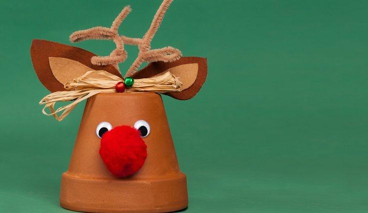 Una divertida manera de decorar una maceta para navidad