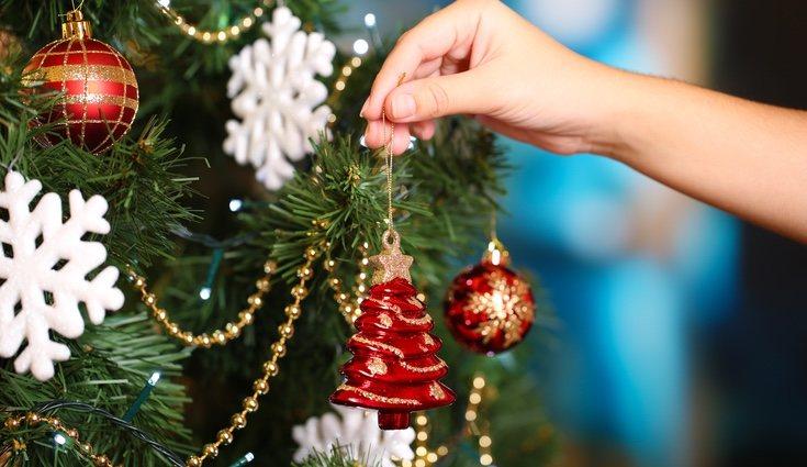 Tanto el hogar como el árbol pueden decorarse con otros adornos