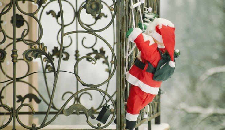 Es habitual ver este original adorno colgando de las ventanas en Navidad