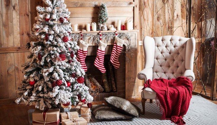 Originalmente estos adornos eran de color rojo con el borde blanco, a juego con Papá Noel