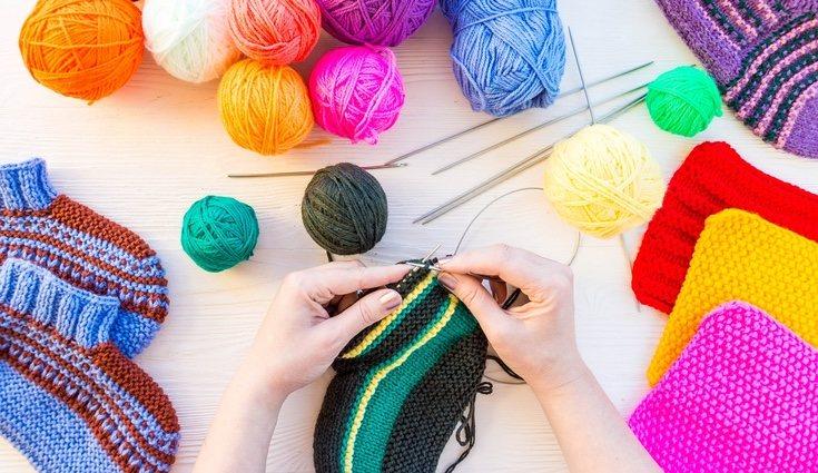 Par hacer una bufanda necesitas lana, agujas, tijeras y cinta métrica