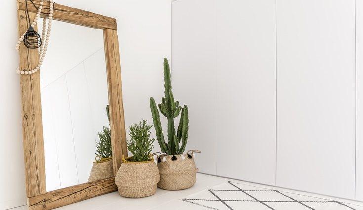 No te olvides de un buen espejo para aparentar un mayor tamaño de la habitación