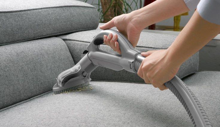 Deberás pasar la aspiradora por todos los recovecos del sofá