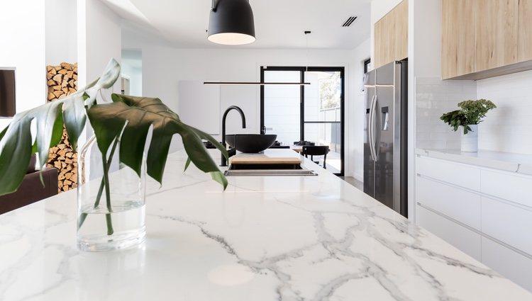 El mármol blanco con vetas grises se combina perfectamente con cualquier otro material