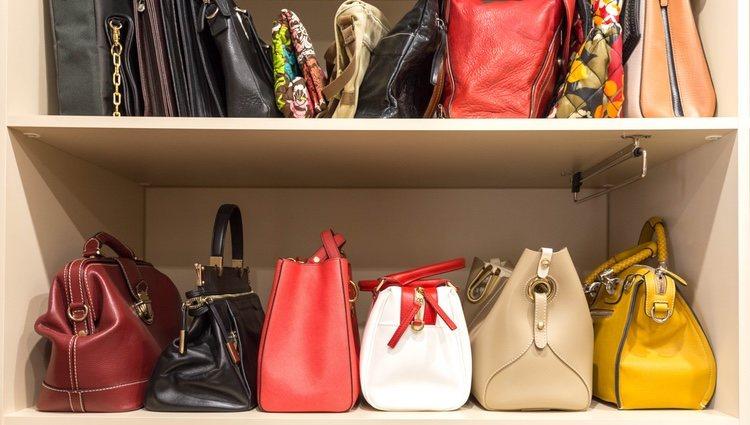 Si tienes un armario con el calzado puedes poner los bolsos también que los complementos este juntos