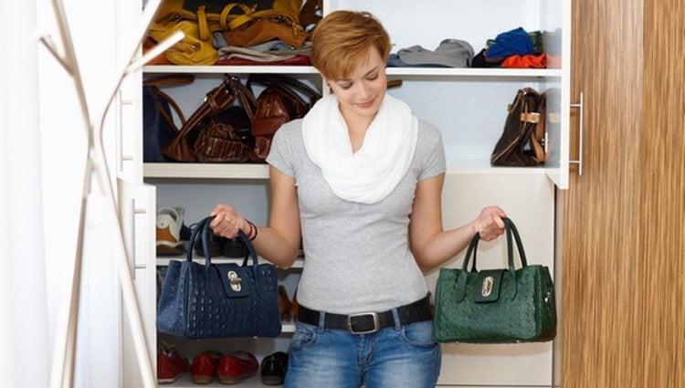 Es mejor que los bolsos que no vayas a utilizar, porque se usan más en unas temporadas concretas, los guardes en la parte superior