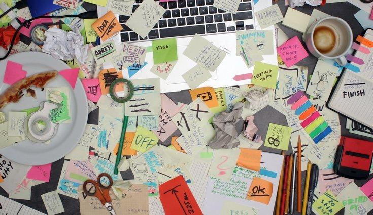 En muchas ocasiones llenamos el escritorio de objetos que nunca utilizamos