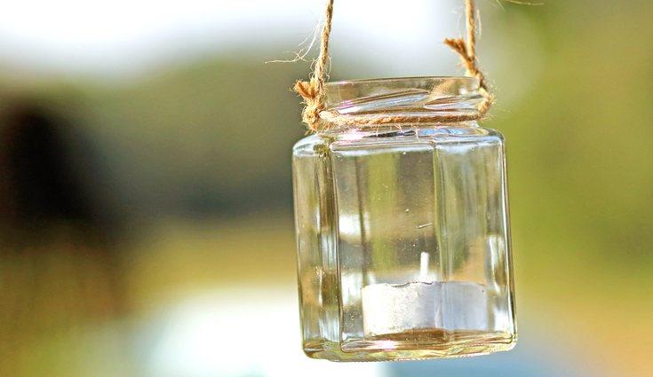 Una buena alternativa para reutilizar un frasco de vidrio es hacer una lámpara