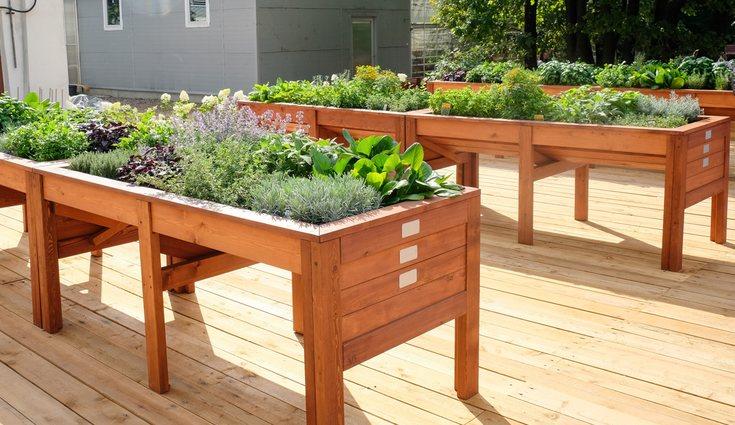 Las mesas de cultivo se pueden comprar ya hechas o fabricarlas tú mismo con un palé y trozos de madera