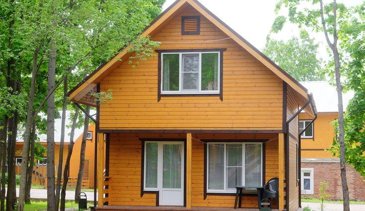 Lo mejor es que la fachada no sea de madera a no ser que el sol no incida directamente
