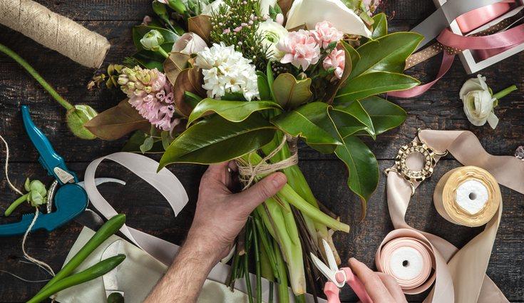 Es muy importante cortar el tallo antes de meter las flores en el jarrón