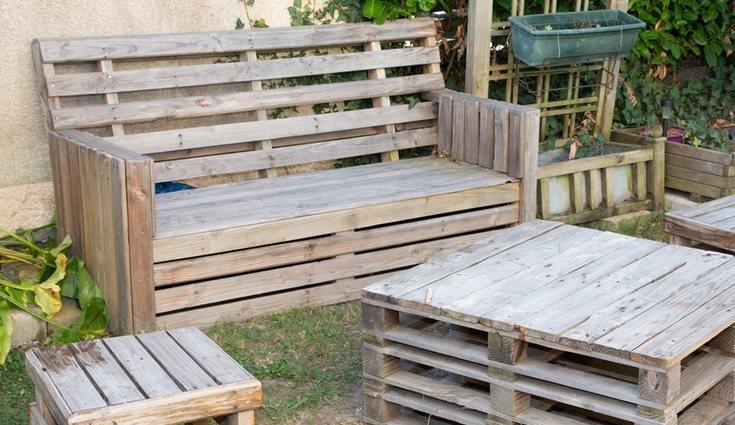 Un sofá de palets puede ser una gran idea en la decoración del jardín