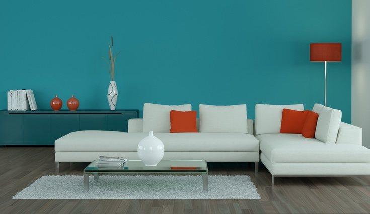 Una opción es distribuir tus sofás en forma de L alrededor de la mesa auxiliar