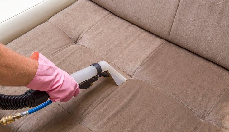 Conviene limpiar a fondo las fundas de la cama, sofá, cortinas o alfombras, que a veces pasan desapercibidas