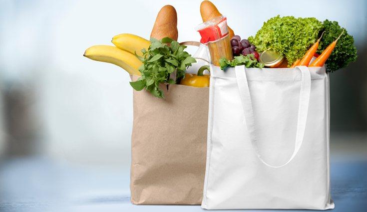 Usar bolsas de tela y papel reciclado ayuda al no consumo de plástico perjudicial para el medio ambiente