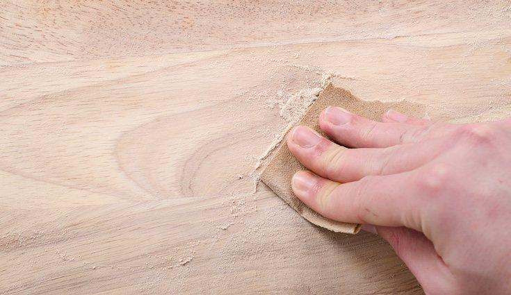 Lijar la madera es imprescindible para quitar las posibles astillas