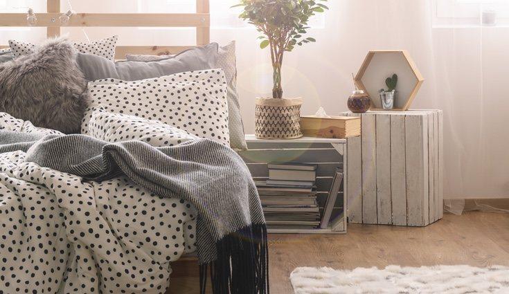 También puedes fabricarte una mesilla de noche fácilmente para tu dormitorio