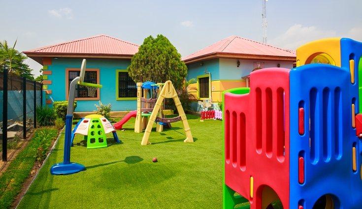 El césped artificial es una buena idea para que los niños jueguen al aire libre