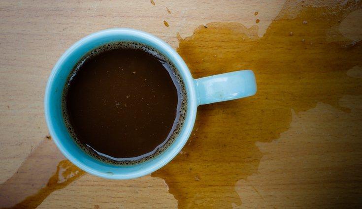 Con agua oxigenada podrás quitar la mancha de café de la madera