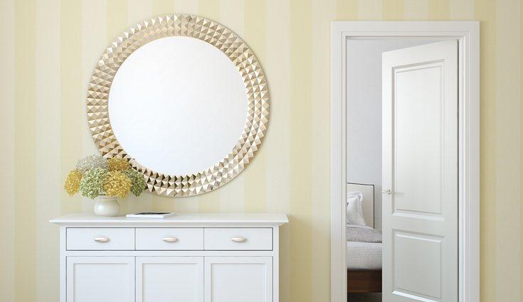 Los espejos ayudan a destacar otros muebles