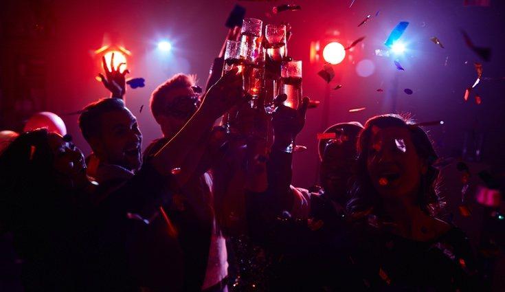 Otros optan por juntarlo todo en la misma noche y cogen un reservado en una discoteca