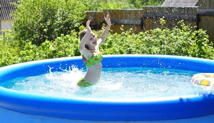 Las piscinas de plástico se calientan antes y cuanto más pequeñas más fácil será aumentar la temperatura