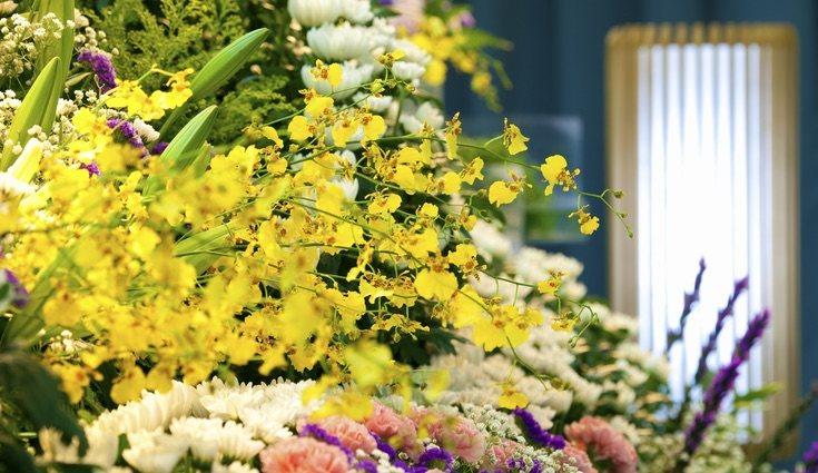 Las flores durante un funeral pueden ser desde ramos hasta coronas