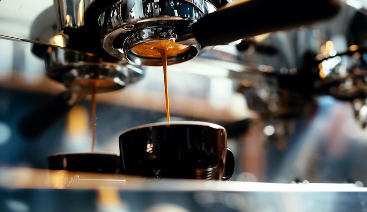 Podrás utilizar los restos del café como producto de limpieza para limpiar sartenes o cazos