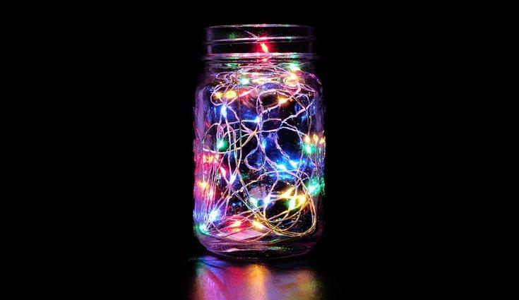 El uso de luces led para la decoración del hogar está a la orden del día, verás que bien quedan dentro de tus botellas de cristal recicladas