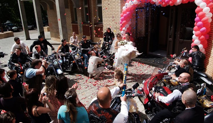 Una idea es realizar una concentración motera en la misma boda