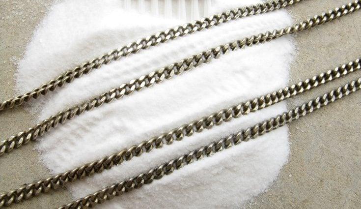La pérdida de color de la plata se debe a una reacción química