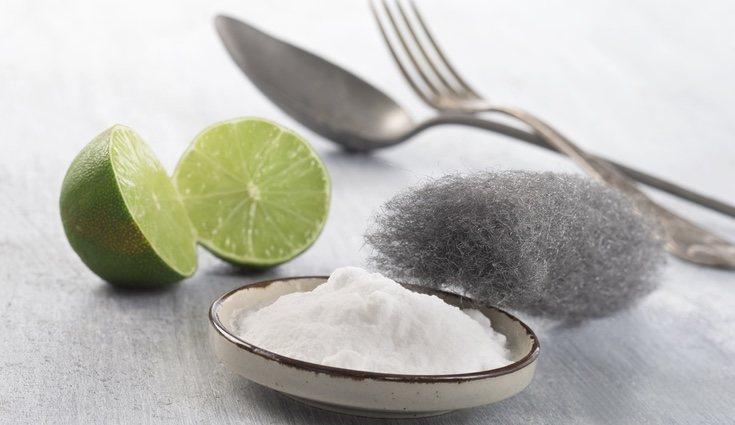 El plátano, pasta de dientes o bicarbonato son remedios caseros para limpiar la plata