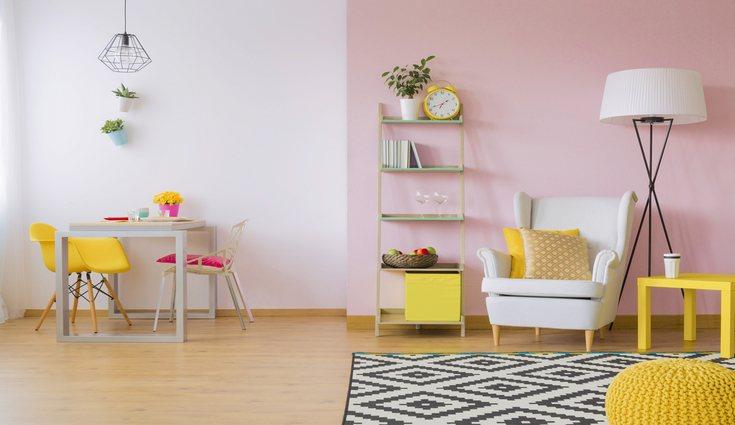 Los colores claros aportan mucha luminosidad en una estancia pequeña