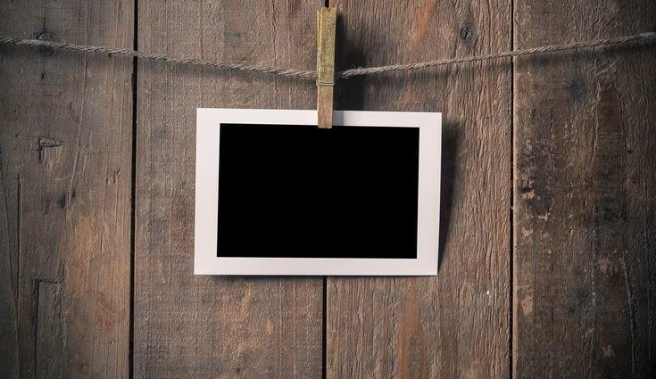 Uno de los modelos más usados es el de polaroids colgadas con pinzas